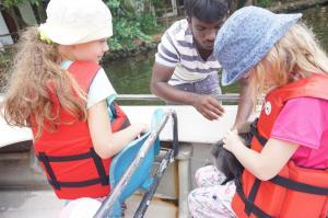 Na člunu s opičkou