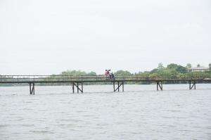 Most přes řeku, po kterém jede motorka