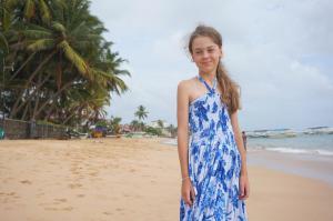 Lucka v šatech na pláži
